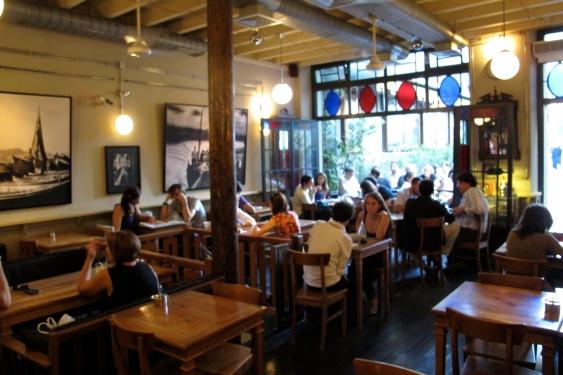 Kafe Ara - interior com fotos do Ara Güler