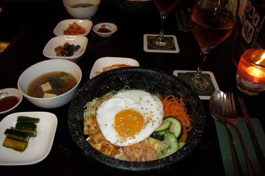 prato coreano servido num pote de pedra quente