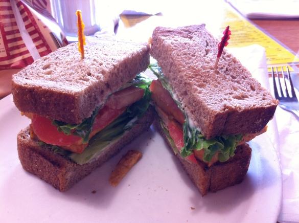 "sanduiche gostoso vegan ""The TLT"" com tofu organico e regional de Michigan"