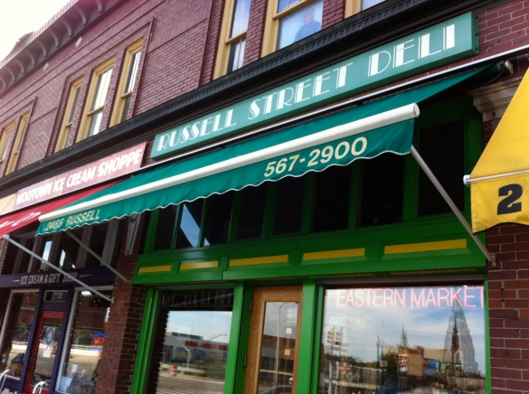 "o restaurante  ""Russel Street Deli"" do lado do Eastern Market."