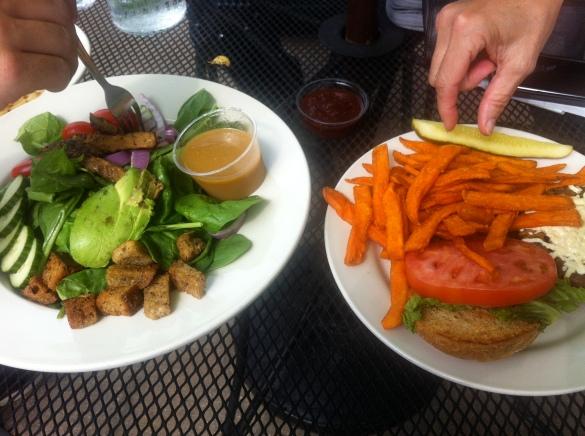 """Salada de Tempeh e Burger Vegan no restaurante """"Seva"""" em Detroit"""