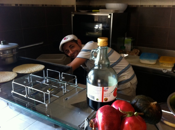 """""""Antonio"""" preparando o pão p kebab vegan, na frenet o molho de shoyu organico que usa"""