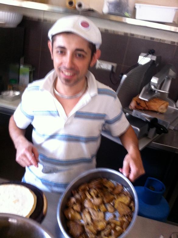 """""""Antonio"""" preparando os filezinhos de seitan artesanais feito pela receita dele"""