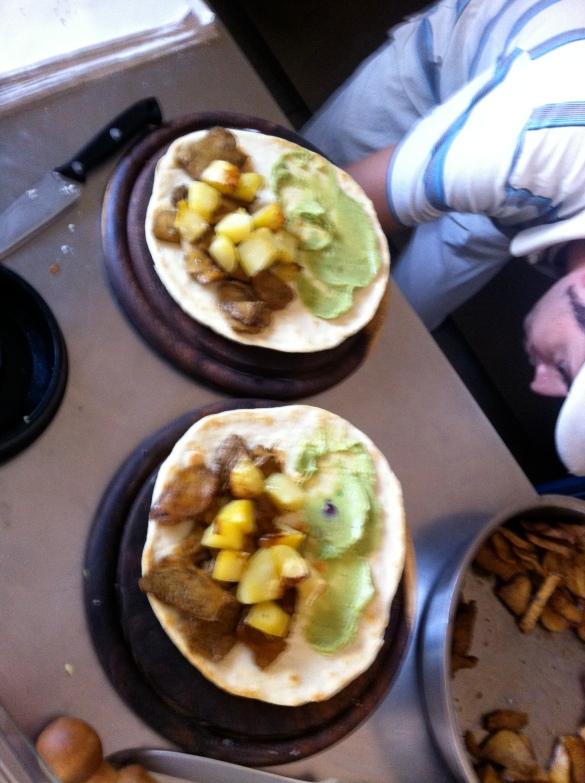 montando os kebabs com pastinha de abacate e batatinhas