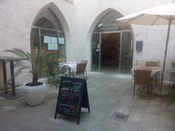 O restaurante vegetariono de merano também oferece uma area fora num patio historico. vale a pena na hora do almoço ou no verão a noite também.