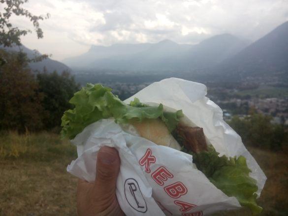 melhor coisa é levar o delicioso kebab vegano na hora do lunch e subir com teleferico pra comer com vista pra montanha :-)