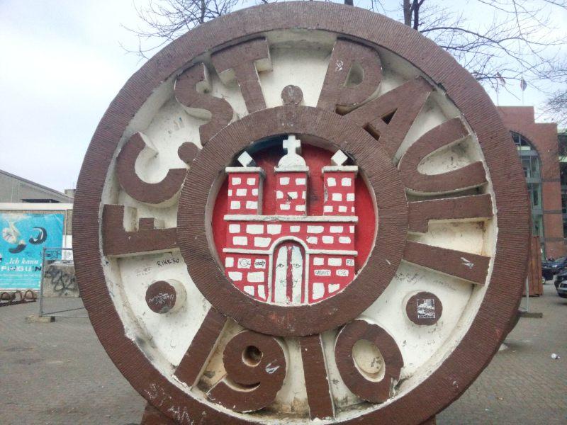 brasão do FC. St. Pauli com simbolo da cidade Hamburgo - o forte hanseatico vermelho e branco