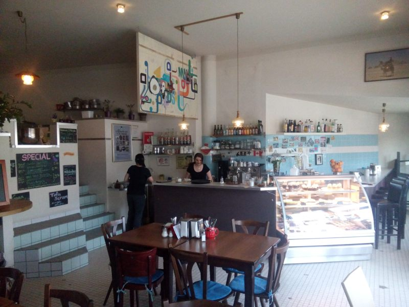 vista pro balcao e cozinha aberta no lado esquerda