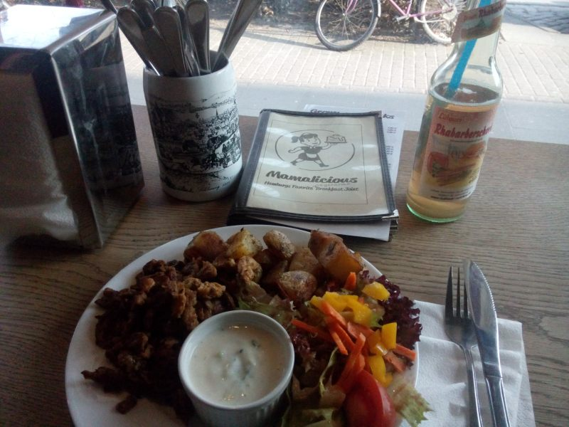 Gyros vegan com country potatoes, pimentão e molho zaziki vegan acompanhado pela Rhabarberschorle