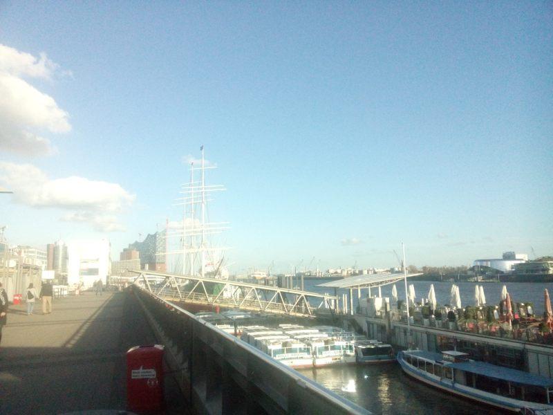 O velho porto de Hamburgo, hoje ponto de saide de passeio de barco e ótimo lugar pra passeiar e ver navios passando.