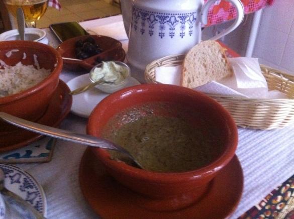 Mathapa - prato feito de folha de mandioca, coco e amendoim